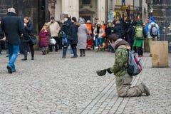 Praga. Żebrak na Charles moscie. Obrazy Stock