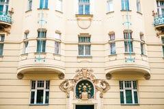 Praga, el 20 de diciembre de 2016: Arquitectura de Praga Las casas viejas lujosas de diversos colores se colocan de cerca al lado Imagen de archivo