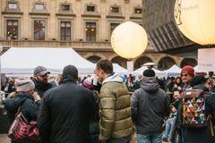 Praga, el 18 de diciembre de 2017: Los compradores de la gente caminan alrededor del mercado callejero popular anual del diseñado Fotografía de archivo libre de regalías