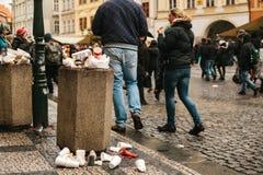 Praga, el 24 de diciembre de 2017: Un bote de basura apretado en la plaza principal del ` s de Praga durante los días de fiesta d Fotos de archivo libres de regalías