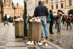 Praga, el 24 de diciembre de 2017: Un bote de basura apretado en la plaza principal del ` s de Praga durante los días de fiesta d Foto de archivo