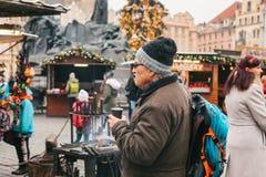 Praga, el 13 de diciembre de 2016: Vieja plaza en Praga el día de la Navidad Mercado de la Navidad en la plaza principal de la ci Fotografía de archivo libre de regalías