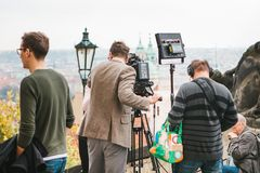 Praga, el 28 de octubre de 2017: El equipo de operadores tira informe al lado del castillo de Praga imágenes de archivo libres de regalías
