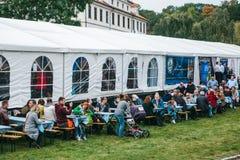 Praga, el 23 de septiembre de 2017: Celebrando el festival alemán tradicional de la cerveza llamó Oktoberfest en la República Che Foto de archivo