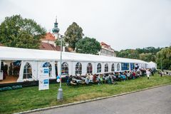 Praga, el 23 de septiembre de 2017: Celebrando el festival alemán tradicional de la cerveza llamó Oktoberfest en la República Che Foto de archivo libre de regalías