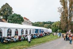 Praga, el 23 de septiembre de 2017: Celebrando el festival alemán tradicional de la cerveza llamado gente de Oktoberfest comuniqu Imagen de archivo libre de regalías
