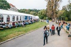 Praga, el 23 de septiembre de 2017: Celebrando el festival alemán tradicional de la cerveza llamado gente de Oktoberfest comuniqu Fotografía de archivo