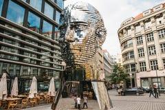 Praga, el 23 de septiembre de 2017: La escultura de Franz Kafka se coloca cerca del centro comercial llamado Quadrio sobre el met imagen de archivo