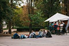 Praga, el 25 de septiembre de 2017: Un grupo de amigos jovenes de estudiantes miente y se sienta en la tierra y comunica con cada Imagen de archivo libre de regalías