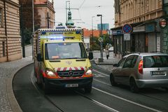 Praga, el 24 de septiembre de 2017: Una ambulancia en la calle de la ciudad Ayuda de la emergencia Servicio de ambulancia 112 Imágenes de archivo libres de regalías
