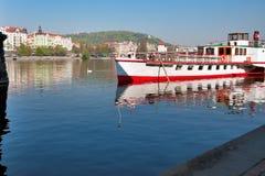 Praga, el río de Moldava. Fotografía de archivo