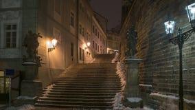 Praga empiedra noche del invierno de las escaleras de abajo para subir la visión Fotos de archivo libres de regalías