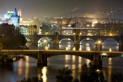 Praga en la noche, vista de puentes en Moldava Foto de archivo libre de regalías
