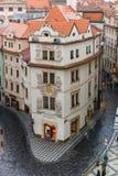 Praga - enero: Pequeña calle en la ciudad vieja de Praga, el 18 de enero de 2015 Fotografía de archivo
