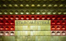 Praga, estación de metro de Staromestska, muestra del metal fotos de archivo