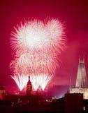 Praga - fuegos artificiales de los Años Nuevos sobre la ciudad vieja. Imágenes de archivo libres de regalías
