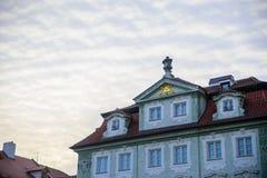 PRAGA, GRUDZIEŃ - 07: Antyczny budynku przód dekorujący z iść Zdjęcie Stock