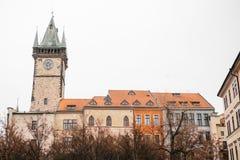 Praga, Grudzień 13, 2016: BBeautiful historyczni budynki z czerwieni płytkami na dachowy i zegarowy wierza na kwadracie wewnątrz Zdjęcia Stock