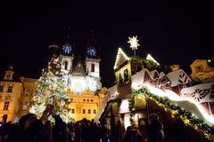 PRAGA, GRUDZIEŃ - 07: dekoracja ulicznego rynku Bożenarodzeniowi wi Zdjęcia Royalty Free