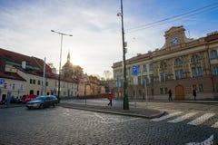PRAGA, GRUDZIEŃ - 07: ludzie czeka przy autobusową przerwą z słońcem obrazy stock