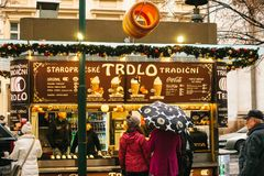 Praga, Grudzień 24, 2016: Praga na święto bożęgo narodzenia Turyści w zakupie Trdlo w kramu - krajowy jedzenie czesi Obraz Royalty Free