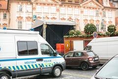Praga, Grudzień 24, 2016: obecność policja przy bożymi narodzeniami Policja patroluje ulicy miasto Zdjęcia Stock
