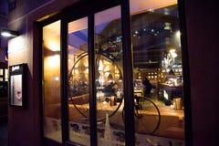 PRAGA, GRUDZIEŃ - 07: restauracyjny okno dekorujący z antiqu Zdjęcia Stock