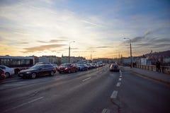 PRAGA, GRUDZIEŃ - 07: samochody wtykali w ruchu drogowym na moscie, 2016 wewnątrz Obraz Royalty Free