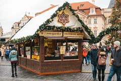 Praga, Grudzień 24, 2016: Stary rynek w Praga na święto bożęgo narodzenia Boże Narodzenia wprowadzać na rynek w głównym placu mia Zdjęcie Royalty Free