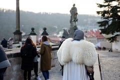 PRAGA, GRUDZIEŃ - 07: Uliczny wykonawca ubierający jako średniowieczny kni zdjęcia stock