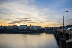 PRAGA, GRUDZIEŃ - 07: widok rzeka i miasto łączył b Zdjęcie Stock