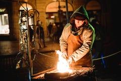 PRAGA, GRUDZIEŃ - 07: blacksmith na ulicie, 2016 w Praga, Zdjęcie Stock