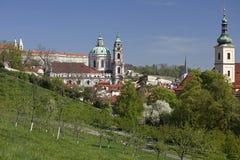 Praga - Hradcany y San Nicolás Chathedral Foto de archivo libre de regalías