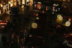 Praga, il 13 dicembre 2016: Decorazione di Natale di notte del quadrato principale Mercato di Natale di notte del quadrato di cit Immagini Stock Libere da Diritti
