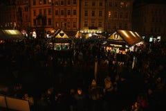Praga, il 13 dicembre 2016: Decorazione di Natale di notte del quadrato principale Mercato di Natale di notte del quadrato di cit Fotografie Stock Libere da Diritti