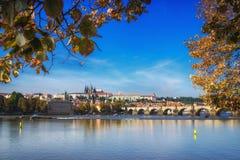 Praga, il ponte di Charles, del castello e st Vitus Cathedral Stagione di autunno della repubblica Ceca Fotografia Stock Libera da Diritti