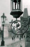 Praga, iluminazione pubblica d'annata su Charles Bridge Fotografia Stock Libera da Diritti