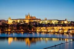 Praga kasztel i Charles most nocą Zdjęcie Royalty Free