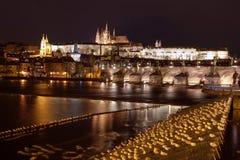 Praga kasztel i Charles most - panorama Obrazy Royalty Free