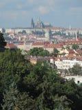 Praga kasztel i czerwoni dachy obrazy stock