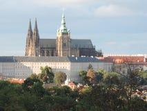 Praga kasztel i czerwoni dachy obraz stock