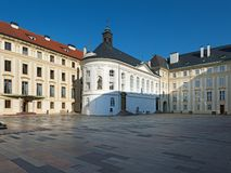 Praga kasztel: 4th kaplica Święty krzyż i podwórze zdjęcie royalty free