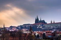 Praga kasztel widzieć przez rzekę Obraz Stock