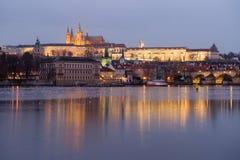 Praga kasztel zaświecający nocą zaświeca w republika czech obraz royalty free
