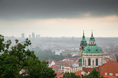 Praga kościół St Nicholas, ulewa nad miastem zdjęcie royalty free