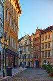 Praga, la República Checa: 23 de agosto de 2017 - calle vieja de la ciudad en la madrugada Salida del sol hermosa Imágenes de archivo libres de regalías