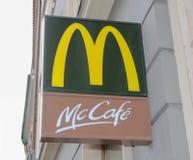 Praga; La repubblica Ceca; 18 ottobre 2017: Sig del caffè del ` s Mc di McDonald Fotografie Stock