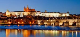Praga, la repubblica Ceca - punto di vista scenico di Charles Bridge, castello e st Vitus alla notte fotografie stock