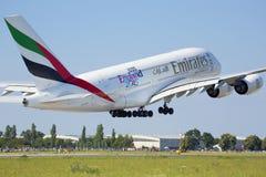 PRAGA, LIPIEC - 01: Emiratu Aerobus A380 samolot bierze daleko na Lipu 1, 2015 w Praga, republika czech A380 jest obecnie lar Fotografia Stock
