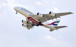 PRAGA - 1 2015 LIPIEC: Emiratu Aerobus A380 Superjumbo w PRAGA (LHR) Aerobus A380 jest światu wielkim pasażerskim samolotem Obraz Stock